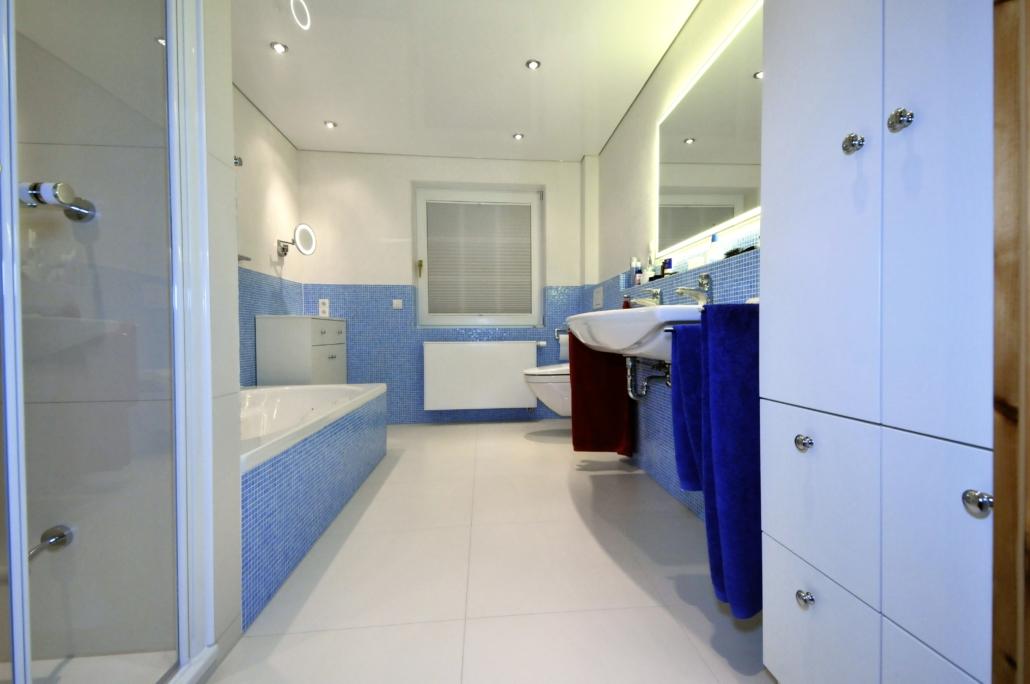 blaues Bad mit Dusche